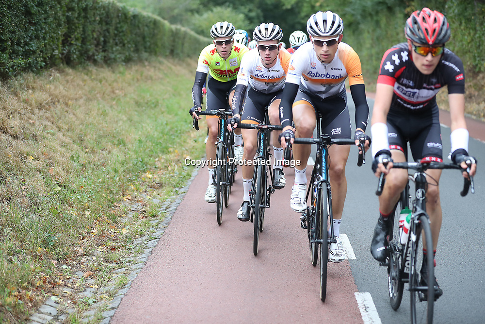 02-10-2016: Wielrennen: Olympia Tour: Margraten <br />NOORDBEEK (NED) wielrennen  <br />Het geel van Cees Bol werd goed beschermd door de mannen van de Rabobank