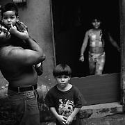 APUNTES SOBRE MI VIDA: LA PASTORA I - 2009/10<br /> Photography by Aaron Sosa<br /> Maikel Montilla y sus hijos. Maikel es el mejor amigo de mi infancia.<br /> La Pastora, Caracas - Venezuela 2009<br /> (Copyright © Aaron Sosa)