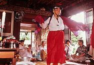 Gut chamanist ceremony for healing  Seoul  Korea    ///Gut ( cérémonie chamaniste) sur les hauteurs de Seoul , une jeune femme malade essaie de se libérer avec l'aide d'un chaman et de ses aides  Seoul  Corée  ///R20134/    L0006957  /  P105145///Le chaman travesti en femme danse puis entre en contact avec les ancêtres de la famille qui a commandé la cérémonie.