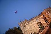 East Jerusalem, Gerusalemme est. Un ragazzino gioca con l'aquilone alla Porta di Damasco, nel quartiere arabo. A boy plays with a kite at the Damascus Gate in arabic area.