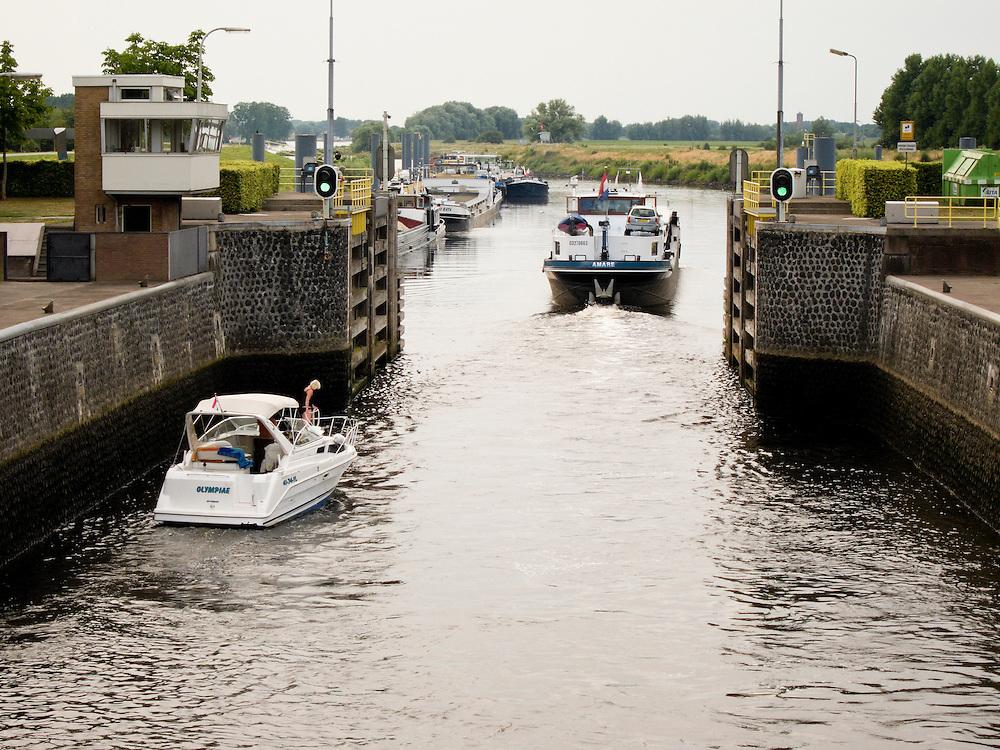 Nederland, Den Bosch, 20100720..Gezicht op de sluis Engelen in de rivier de Dieze.  Een plezierbootje in de sluis. Een binnenvaartschip is net de sluis uitgevaren.    .Gerlo Beernink/Hollandse Hoogte