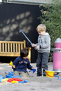 """Mannheim. Luisenpark. Kinderträume, die eigentlich nur im Sommer möglich sind, lässt der Luisenpark Mannheim also auch in diesem Winter wieder wahr werden: Mit zwei Federtieren und drei großen Spielanlagen, darunter ein Schwingtisch, eine Kletterkombination mit Netz, Rutschbahn und Rutschstange in Drachenform (""""Fauchi""""), eine Spielanlage für Kleinkinder mit Rutsche und Häuschen, ist trotz der Kälter für volle Action gesorgt. Alle Geräte sind eine Leihgabe der Firma Richter aus Frasdorf. Nur ein Gerät wird dem Luisenpark dauerhaft erhalten bleiben: Ein kleiner Pinguin aus Holz, gefertigt von der Firma """"Die Werkstatt"""" aus Heidelberg: Nach der Winterspielsaison wird er bei seinen echten """"Kollegen"""", den Humboldt-Pinguinen, zum Spielen im Freien bereitstehen. <br /> <br /> Der Winterspielplatz im Pflanzenschauhaus des Luisenparks<br /> <br /> <br /> <br /> Bild: Markus Proßwitz<br /> <br /> ++++ Archivbilder und weitere Motive finden Sie auch in unserem OnlineArchiv. www.masterpress.org ++++"""