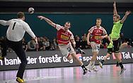 HÅNDBOLD: Simon Hald Jensen (Aalborg) sender bolden forbi Mike Jensen (Nordsjælland) under kampen i 888-Ligaen mellem Nordsjælland Håndbold og Aalborg Håndbold den 12. december 2017 i Frederiksborg Hallen i Hillerød. Foto: Claus Birch.