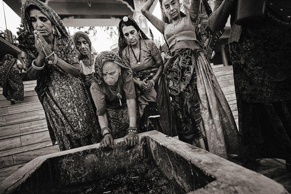 Asia, India, Rishikesh, Parmarth, Niketan Ashram, Ganga Ghat, women praiyng