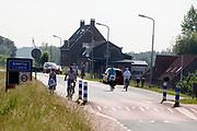 Fietsers rijden over de Lekdijk bij Ameide.<br /> <br /> Cyclists ride at the Lekdijk near Ameide.