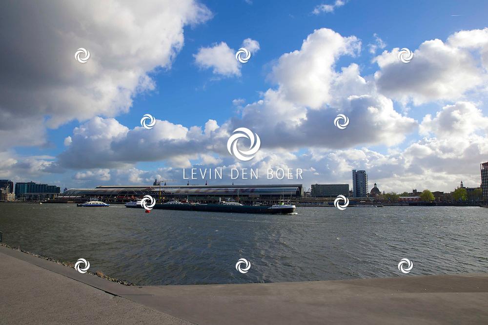 AMSTERDAM - Achter het Centraal Station varen de IJ-veren heen en weer met de passagiers. FOTO LEVIN DEN BOER - PERSFOTO.NU