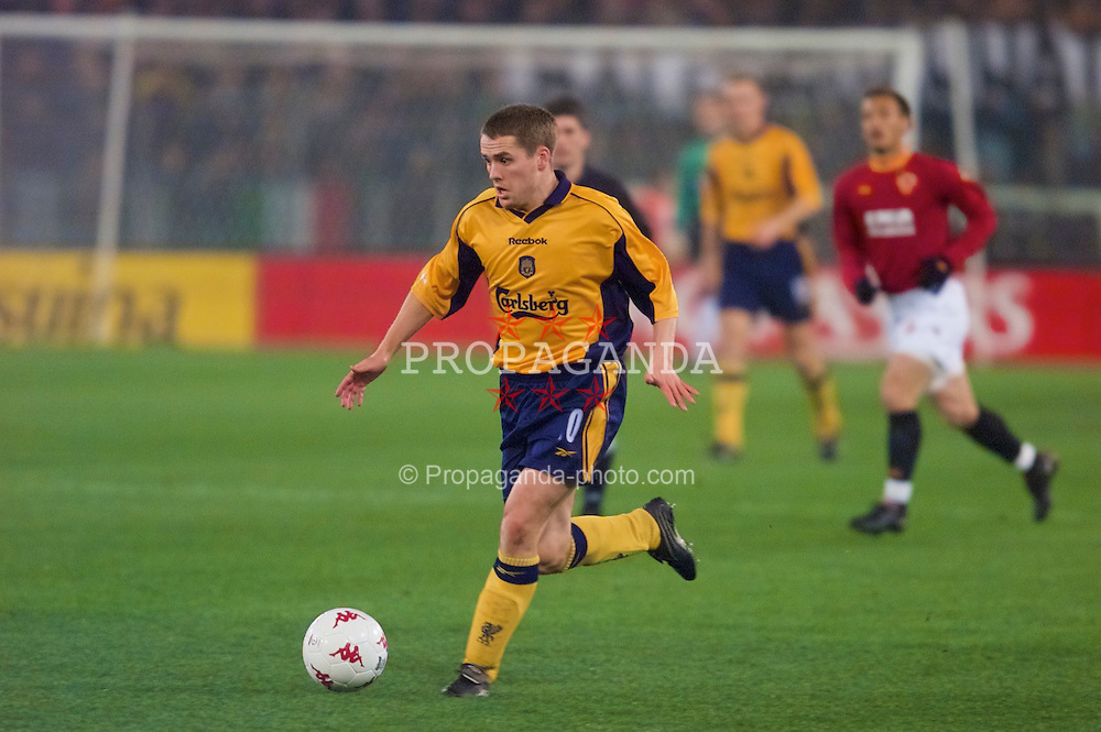 ROME, ITALY - Thursday, February 15, 2001: Liverpool's Michael Owen in action against AS Roma during the UEFA Cup 4th Round 1st Leg match at the Stadio Olimpico. (Pic by David Rawcliffe/Propaganda)