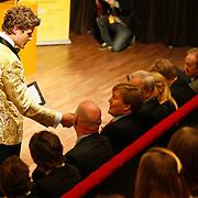 NLD/Hilversum/20110208 - Prins Willem Alexander aanwezig bij de Gouden Apenstaarten 2011, Koert-jan de Bruijn vraagt de prins om commentaar