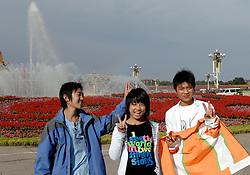 17-10-2007 ALGEMEEN: VOORBEREIDINGEN OLYMPISCHE SPELEN BEIJING 2008: CHINA<br /> Het Tiananmen - Plein van de Hemelse Vrede - Olympische Ringen en vlam vuur - Chineese genieten van de zon<br /> ©2007-WWW.FOTOHOOGENDOORN.NL *** Local Caption *** VOORBEREIDINGEN OLYMPISCHE SPELEN BEIJING 2008