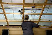 Nederland, Horst, 18-12-2007..VMBO onderwijs aan het Dendron college. Een leerling werkt aan de elektra in het praktijklokaal...Foto: Flip Franssen/Hollandse Hoogte