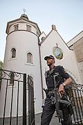 """Synagoen i Bergstien 13 i Oslo er passet på av væpnet politi, på grunn av trusselsituasjonen. Synagogen ligger ved St. Hanshaugen, og ble innviet i 1920 av Det Mosaiske Trossamfund (DMT). <br /> Det rektangulære synagogerommet har plass til 340 personer. Natt til 17. september 2006 ble synagogen angrepet og 13 skudd avfyrt med automatgevær. Det var ingen personer i bygget når skuddene falt. Fire personer ble pågrepet for gjerningen som mediene omtalte som terrorsaken, og tre ble tiltalt etter paragraf 147 i straffeloven om terrorhandlinger. Blant disse var den norsk islamisten Arfan Qadeer Bhatti. Bhatti ble dømt for skyting mot synagogen, men frikjent for terroranklagene. The Oslo Synagogue is a synagogue in Oslo, Norway. The congregation was established in 1892, but the present building was erected 1920. Architectural historian Carol Herselle Krinsky describes the two-story tall, stuccoed building with a round tower topped with a spire supporting a Star of David as resembling """"a simple and charming country chapel. King Harald V and Crown Prince Haakon visited the synagogue in June, 2009. The synagogue was the site of a 2006 attack with firearms by four men. No one was injured. The four were the then 29-year-old Islamist Arfan Bhatti of Pakistani origin, a 28-year-old Norwegian-Pakistani, a 28-year-old Norwegian of foreign origin, and a 26-year-old Norwegian. (Wikip.)"""
