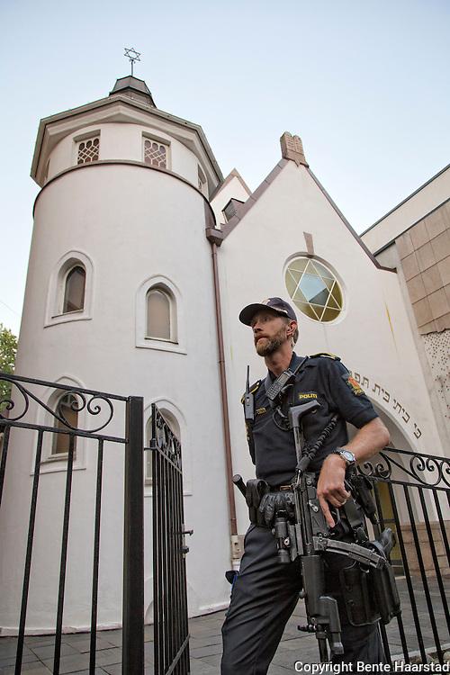 Synagoen i Bergstien 13 i Oslo er passet p&aring; av v&aelig;pnet politi, p&aring; grunn av trusselsituasjonen. Synagogen ligger ved St. Hanshaugen, og ble innviet i 1920 av Det Mosaiske Trossamfund (DMT). <br /> Det rektangul&aelig;re synagogerommet har plass til 340 personer. Natt til 17. september 2006 ble synagogen angrepet og 13 skudd avfyrt med automatgev&aelig;r. Det var ingen personer i bygget n&aring;r skuddene falt. Fire personer ble p&aring;grepet for gjerningen som mediene omtalte som terrorsaken, og tre ble tiltalt etter paragraf 147 i straffeloven om terrorhandlinger. Blant disse var den norsk islamisten Arfan Qadeer Bhatti. Bhatti ble d&oslash;mt for skyting mot synagogen, men frikjent for terroranklagene. The Oslo Synagogue is a synagogue in Oslo, Norway. The congregation was established in 1892, but the present building was erected 1920. Architectural historian Carol Herselle Krinsky describes the two-story tall, stuccoed building with a round tower topped with a spire supporting a Star of David as resembling &quot;a simple and charming country chapel. King Harald V and Crown Prince Haakon visited the synagogue in June, 2009. The synagogue was the site of a 2006 attack with firearms by four men. No one was injured. The four were the then 29-year-old Islamist Arfan Bhatti of Pakistani origin, a 28-year-old Norwegian-Pakistani, a 28-year-old Norwegian of foreign origin, and a 26-year-old Norwegian. (Wikip.)