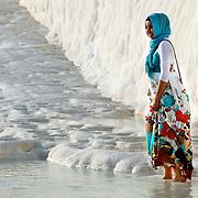 Jeune femme Turque dans les travertins de Pamukkale, Turquie 2010.<br /> <br /> Pamukkale, qui signifie &laquo;&nbsp;ch&acirc;teau de coton&nbsp;&raquo; en Turque est un site naturel touristique compos&eacute; de sources d'eaux chaudes formant une tufi&egrave;re. Le site est inscrit depuis 1988 au Patrimoine Mondiale de l'Unesco.