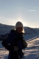 Dame drar pulk over fjellet