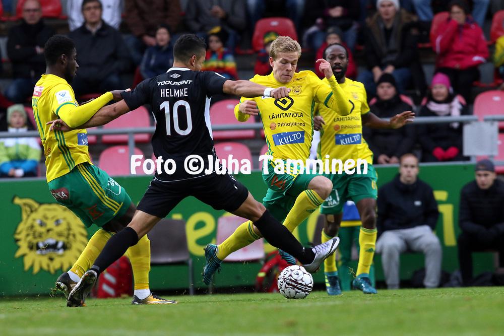 30.9.2017, Tammelan jalkapallostadion, Tampere<br /> Veikkausliiga 2017.<br /> Ilves - FC Lahti.<br /> Tuco &amp; Iiro J&auml;rvinen (Ilves) v Hendrik Helmke (FC Lahti).