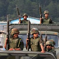 Ocuilan, Mex.- Elementos del Ejercito Mexicano, realizan patrullajes en la zona boscosa de las Lagunas de Zempoala, en los limites entre los estados de México y Morelos, durante un operativo conjunto con agentes estatales en contra de depredadores que trasladan madera extraida de forma ilegal del bosque. Agencia MVT / Mario Vazquez de la Torre. (DIGITAL)<br /> <br /> <br /> <br /> <br /> <br /> <br /> <br /> NO ARCHIVAR - NO ARCHIVE