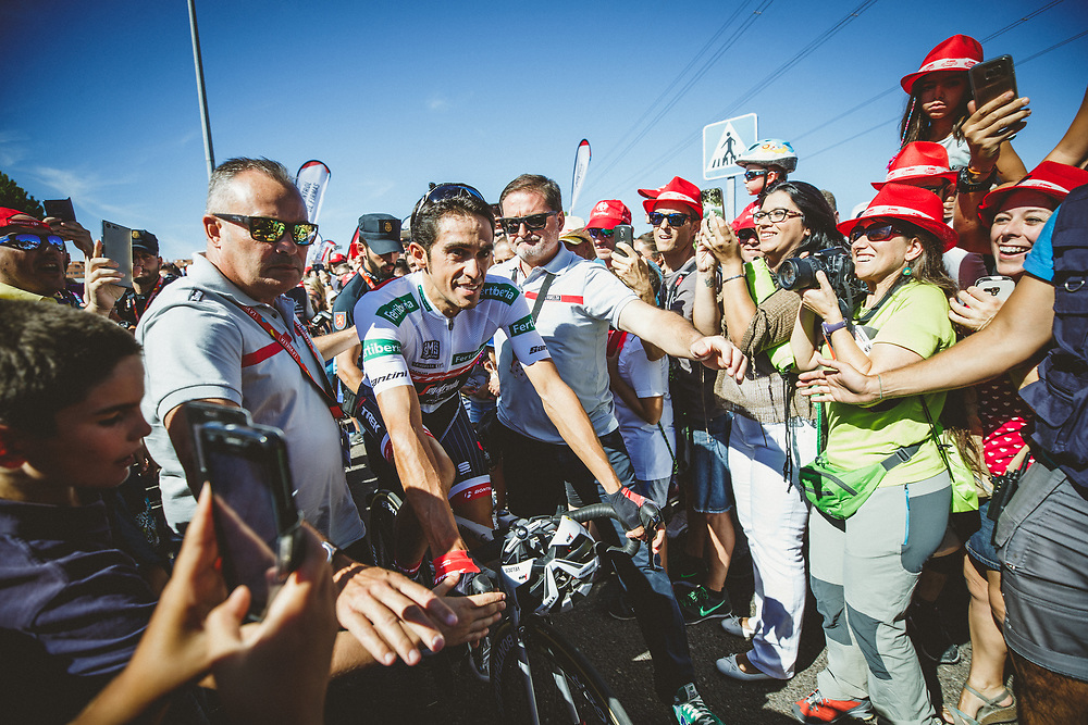 Contador could barely pass through the crowds in Arroyomolinos for the start of stage 21. Photo: Iri Greco / BrakeThrough Media | www.brakethroughmedia.com