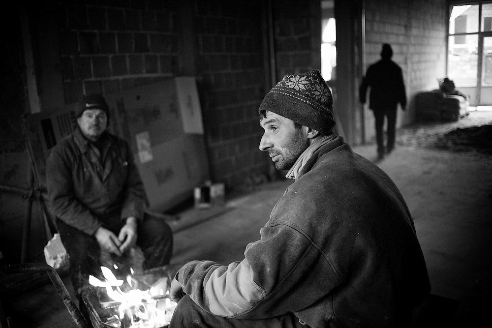 Mîtî? Novica (centre), a Serbian builder from Belgrade sit by a fire during a break from building apartment blocks in Serbian dominated north Mitrovica, Kosovo, on Nov. 30, 2007. In anticipation of a declaration of Independence from Pristina, Belgrade is seeking to consolidate the Serbian presence in the territory.