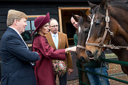 Koningspaar brengt streekbezoek aan regio Eemland in de provincie Utrecht. Tijdens het bezoek staat het stroomgebied van de rivier de Eem centraal.<br /> <br /> The Royal couple brings regional visits to the region of Eemland in the province of Utrecht. During the visit, the river Eem is central<br /> <br /> Op de foto/On the photo:  Aankomst bij boerderij Het Gagelgat in Soest met een wandeling langs de paddock met paarden en de moestuin. In De Deel tonen mensen met een beperking van zorginstellingen Amerpoort en Sherpa diverse vormen van kunstvaardigheid. <br /> <br /> Arrival at farm The Gagelgat in Soest with a walk along the paddock with horses and the vegetable garden. In the section, people with a limitation of care institutions Amerpoort and Sherpa show various forms of art skills.