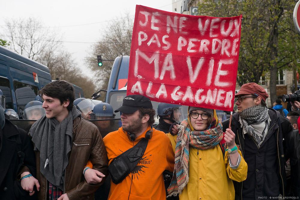 Débordements en marge de la manifestation contre la loi travail (loi El Khomri), place de la Nation à Paris, samedi 9 avril 2016