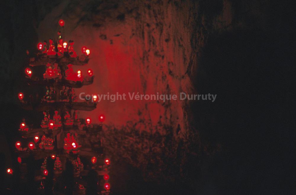 le monastere de la pagode de Chua Hang est un lieu de meditation dans une grotte du delta du Mekong.  Livre meditations le monastere de la pagode de Chua Hang est un lieu de meditation dans une grotte du delta du Mekong.  Livre meditations