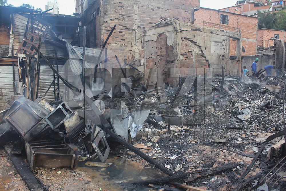 SAO PAULO, SP - 03.02.2015 - INCENDIO NA PARAIS&Oacute;POLIS - Incendio de grandes propor&ccedil;&otilde;es atinge a favela de Parais&oacute;polis na Rua Taubat&eacute; na tarde desta ter&ccedil;a-feira (03) na zona sul de S&atilde;o Paulo. Segundo o Corpo de Bombeiros mais de 40 homens e 12 ve&iacute;culos foram utilizados para combater as chamas, n&atilde;o houve v&iacute;timas.<br /> <br /> (Foto: Fabricio Bomjardim / Brazil Photo Press)
