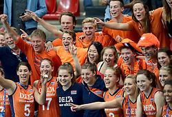28-09-2014 ITA: World Championship Volleyball Mexico - Nederland, Verona<br /> Nederland wint met 3-0 van Mexico / De speelsters gaan na afloop op de foto met het Oranje publiek