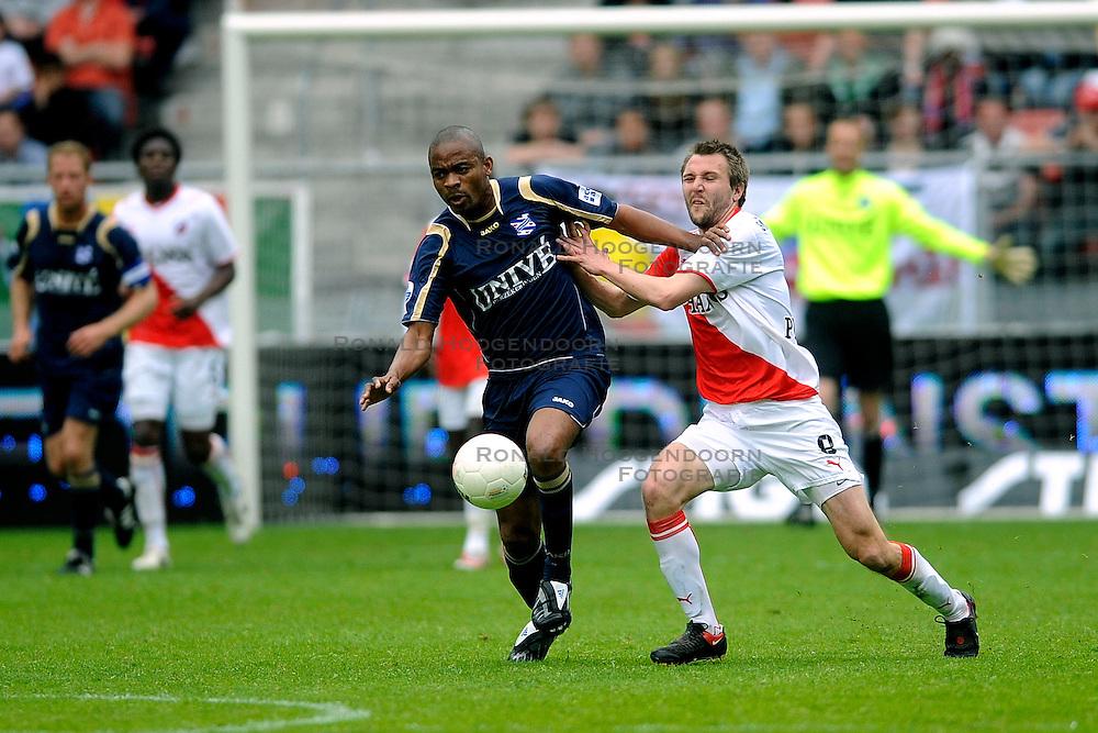 19-04-2009 VOETBAL: FC UTRECHT - HEERENVEEN: UTRECHT<br /> Utrecht wint met 2-1 van Heerenveen / Bonaventure Kalou en Michael Silberbauer <br /> &copy;2009-WWW.FOTOHOOGENDOORN.NL