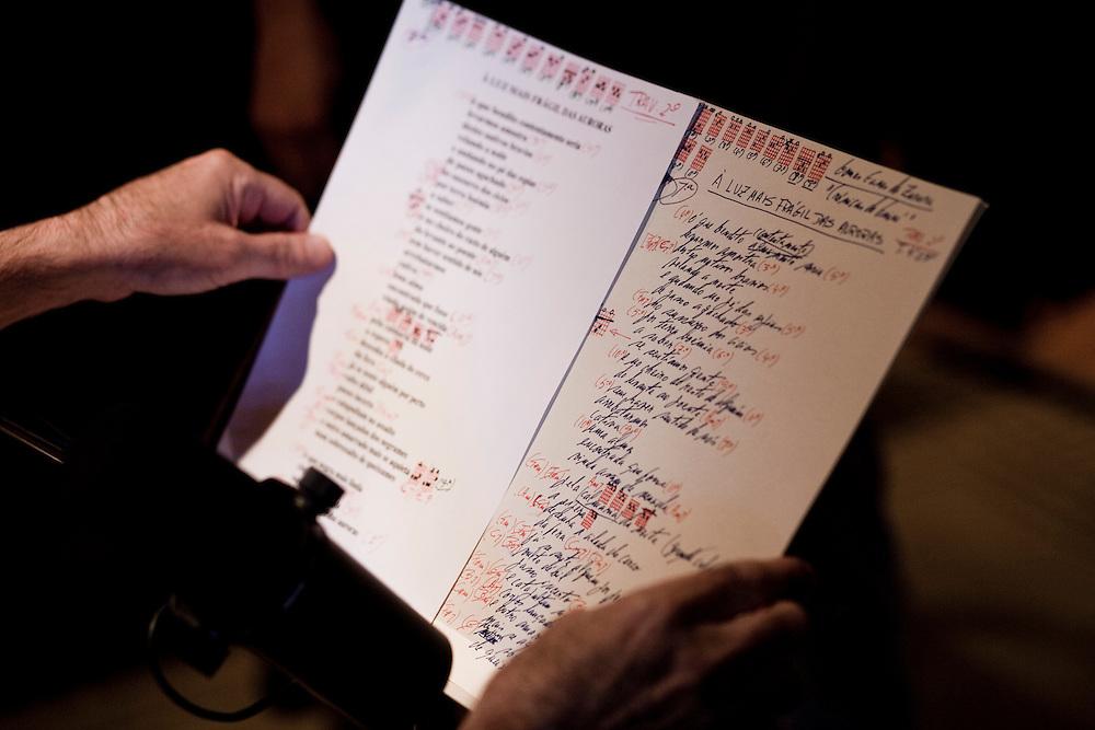 """Fausto Bordalo Dias em composicao e gravacao do album """"Em Busca das Montanhas Azuis""""..O album marca o final da trilogia iniciada nos anos 80. .Detalhe de um manuscrito com a letra da canca a """"Luz mais Fragil da Auroras""""."""