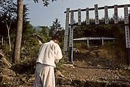 Chonhakdong traditional confucianist village Praying before entering the temple Chonhakdong traditional confucianist village      Korea   village traditionnel confucianiste de Chonhakdong Religion; On se prosterne avant de monter au temple         Coree  //////R28/23    L2640  /  R00028  /  P0003017