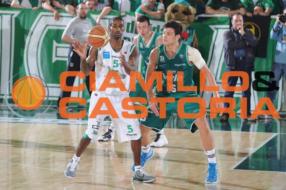 DESCRIZIONE : Treviso Lega A 2010-11 Quarti di finale Play off Gara 1 Air Avellino Benetton Treviso <br /> GIOCATORE : Taquan Dean<br /> SQUADRA : Air Avellino Benetton Treviso<br /> EVENTO : Campionato Lega A 2010-2011<br /> GARA : Air Avellino Benetton Treviso<br /> DATA : 19/05/2011<br /> CATEGORIA : Passaggio<br /> SPORT : Pallacanestro<br /> AUTORE : Agenzia Ciamillo-Castoria/GiulioCiamillo<br /> Galleria : Lega Basket A 2010-2011<br /> Fotonotizia : Treviso Lega A 2010-11 Quarti di finale Play off Gara 1 Air AvellinovBenetton Treviso<br /> Predefinita :