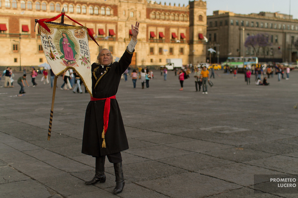A man dressed as Miguel Hidalgo, historic initiator of mexican independence in 1810, poses in central zocalo in Mexico City. (Foto: Prometeo Lucero)