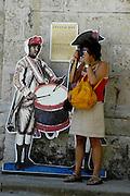 Touristin mit Kamera vor Trommler-Figur in der Altstadt von Havanna, Kuba