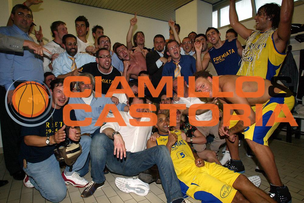 DESCRIZIONE : Porto San Giorgio Lega A2 2005-06 Play Off Finale Gara 4 Premiata Montegranaro Noi Sport Monte Terminillo Rieti <br />GIOCATORE : Team Premiata Coppa Spogliatoio<br />SQUADRA : Premiata Montegranaro <br />EVENTO : Campionato Lega A2 2005-2006 Play Off Finale Gara 4 <br />GARA : Premiata Montegranaro Noi Sport Monte Terminillo Rieti <br />DATA : 04/06/2006 <br />CATEGORIA : Esultanza<br />SPORT : Pallacanestro <br />AUTORE : Agenzia Ciamillo-Castoria/M.Marchi <br />Galleria : Lega Basket A2 2005-2006 <br />Fotonotizia : Porto San Giorgio Campionato Italiano Lega A2 2005-2006 Play Off Finale Gara 4 Premiata Montegranaro Noi Sport Monte Terminillo Rieti <br />Predefinita : si