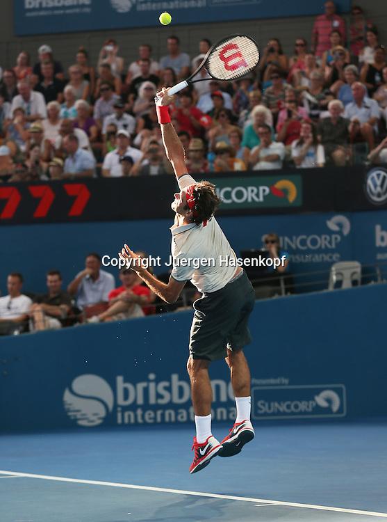 Brisbane International, Queensland Tennis Centre,ATP 250 World Tour WTA,Hardcourt Tennis Turnier in Brisbane,Australia,Roger Federer (SUI),<br /> Einzelbild,Aktion,Aufschlag,Service,Ganzkoerper,Hochformat,