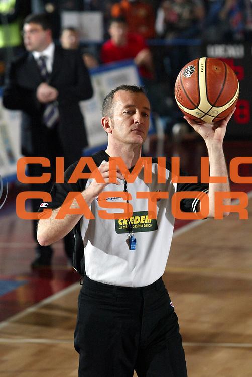 DESCRIZIONE : Biella Lega A1 2005-06 Angelico Biella Viola Reggio Calabria <br />GIOCATORE : Arbitro Curiosita<br />SQUADRA : Arbitro<br />EVENTO : Campionato Lega A1 2005-2006<br />GARA : Angelico Biella Viola Reggio Calabria<br />DATA : 20/04/2006<br />CATEGORIA : <br />SPORT : Pallacanestro<br />AUTORE : Agenzia Ciamillo-Castoria/S.Ceretti
