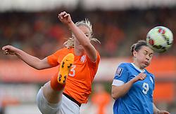 20-05-2015 NED: Nederland - Estland vrouwen, Rotterdam<br /> Oefeninterland Nederlands vrouwenelftal tegen Estland. Dit is een 'uitzwaaiwedstrijd'; het is de laatste wedstrijd die de Nederlandse vrouwen spelen in Nederland, voorafgaand aan het WK damesvoetbal 2015 / Stefanie van der Gragt #3,  Signy Aarna #9