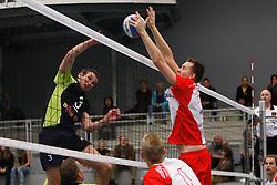 06-10-2012 VOLLEYBAL: TOPDIVISIE VROUWEN KING SOFTWARE VCN - LONGA 59 : CAPELLE AAN DEN IJSSEL<br /> Sander Groos, Visade Voorburg valt aan, Tim de Bree probeert te blokkeren<br /> ©2012-FotoHoogendoorn.nl / Pim Waslander