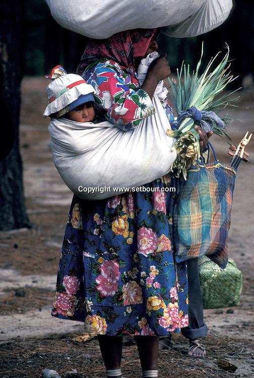 = Tarahumaras Indians have a very poor way of life, Tarahumaras Indians, celebrated by the French poet , Antonin Artaud,     Mexico    /// Les indiens Tarahumaras vivent miserablement et sont à peine integres. les indiens Tarahumaras celebres par le poète français Antonin Artaud,     Mexique  +