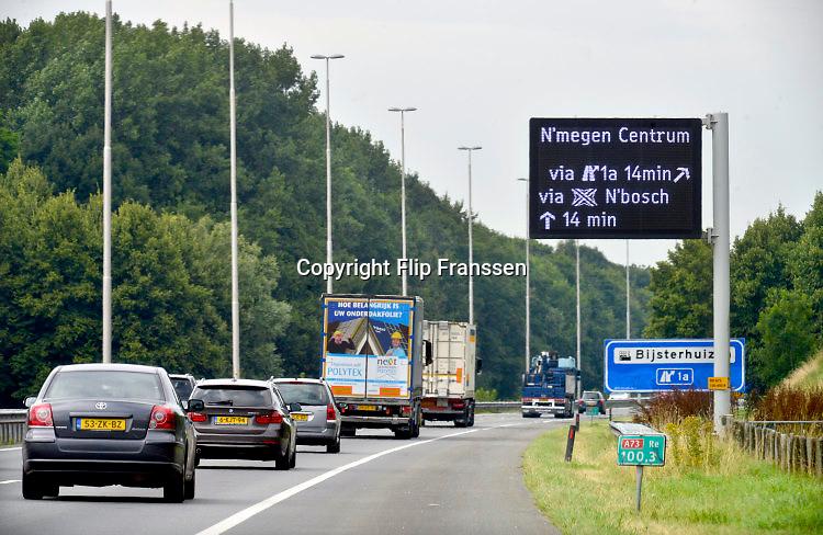Nederland, Nijmegen, 27-7-2016Verkeerssituaties regio Nijmegen. A73, afslag Nijmegen met infobordOp de toegangswegen wordt preventief aangegeven wat de reistijd is om naar de andere kant van de stad te komen bij drukte en mogelijke omleidingen of vertraging . Dit om de doorstroming van het verkeer te bevorderen en files te vermijdenFoto: Flip Franssen