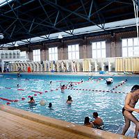Nederland, Amsterdam , 6 april 2011.Zwemles in Zuiderbad. .De zwemlmeester geeft uitleg aan een groep meisjes..Binnenkort is identificatie verplicht om gebruik te maken van een zembad..Foto:Jean-Pierre Jans