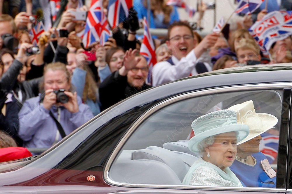 05.JUNE.2012. LONDON<br /> <br /> QUEEN ELIZABETH II ARRIVE AT ST PAUL'S CATHEDRAL TO CELEBRATE THE DIAMOND JUBILEE. LONDON.<br /> <br /> BYLINE: EDBIMAGEARCHIVE.CO.UK<br /> <br /> *THIS IMAGE IS STRICTLY FOR UK NEWSPAPERS AND MAGAZINES ONLY*<br /> *FOR WORLD WIDE SALES AND WEB USE PLEASE CONTACT EDBIMAGEARCHIVE - 0208 954 5968*