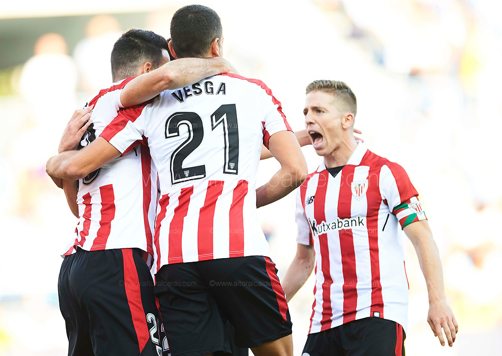 MALAGA, SPAIN - SEPTEMBER 23:  Aritz Aduriz of Athletic Club celebrates after scoring with Mikel Vesga and Iker Muniain of Athletic Club during the La Liga match between Malaga and Athletic Club at Estadio La Rosaleda on September 23, 2017 in Malaga, .  (Photo by Aitor Alcalde Colomer/Getty Images)
