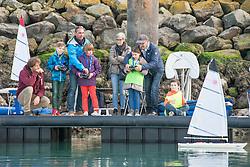 Damien Seguin fait du voile radio commandé avec des enfants sur le 2016 Vendee Globe