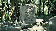 Gedenkstein inmitten von Steinen, Hiva Oa, Französisch Polynesien * Commemorative stone and may other sones, Hiva Oa, French Polynesia