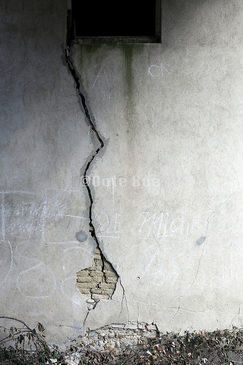 large crack in a wall of an abandoned house