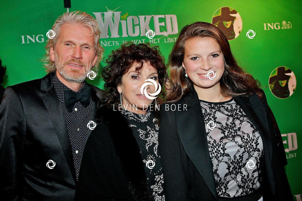 SCHEVENINGEN - In het Circustheater is de premiere van Wicked inclusief groene loper.  Met op de foto Rob Snoek, Henriette Tol en dochter Louise. FOTO LEVIN DEN BOER - PERSFOTO.NU