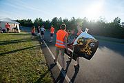 De fiets wordt naar de baan gedragen. Het Human Power Team Delft en Amsterdam (HPT), dat bestaat uit studenten van de TU Delft en de VU Amsterdam, is in Senftenberg voor een poging het laagland sprintrecord te verbreken op de Dekrabaan. In september wil het Human Power Team Delft en Amsterdam, dat bestaat uit studenten van de TU Delft en de VU Amsterdam, tijdens de World Human Powered Speed Challenge in Nevada een poging doen het wereldrecord snelfietsen voor vrouwen te verbreken met de VeloX 7, een gestroomlijnde ligfiets. Het record is met 121,44 km/h sinds 2009 in handen van de Francaise Barbara Buatois. De Canadees Todd Reichert is de snelste man met 144,17 km/h sinds 2016.<br /> <br /> The Human Power Team is in Senftenberg, Germany to race at the Dekra track as a preparation for the races in America. With the VeloX 7, a special recumbent bike, the Human Power Team Delft and Amsterdam, consisting of students of the TU Delft and the VU Amsterdam, also wants to set a new woman's world record cycling in September at the World Human Powered Speed Challenge in Nevada. The current speed record is 121,44 km/h, set in 2009 by Barbara Buatois. The fastest man is Todd Reichert with 144,17 km/h.