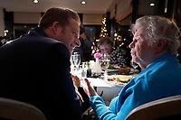 Nootdorp, 18 december 2017 - <br /> Minister Hugo de Jonge van Volksgezondheid, Welzijn en Sport serveert eten uit en schuift aan tafel tijdens een kerstdiner dat het ouderenfonds organiseert voor eenzame en kwetsbare ouderen in het Van de Valk Hotel in Nootdorp.<br /> Foto: Phil Nijhuis/VWS