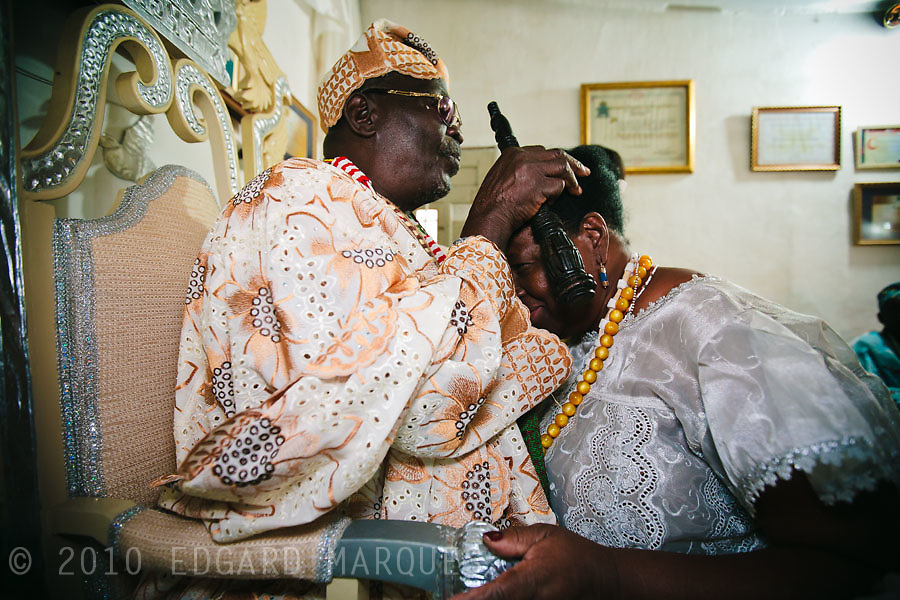 """CANDOMBLE SUFFERED PERSECUTIONS SINCE ITS BIRTH IN BRASIL. NOW, UNDER THE PRESSURE OF GROWING EVANGELISM, IT'S TIME TO LOOK FOR ACEPTANCE. MOTHER EDELZUITA D'OSAGIYAN's """"TERREIRO"""" WELCOME AWOYEMI AWOREMI ADSIA ARABA OLUISESE AGBAYE, THE  LEADER OF ORISHA-IFA RELIGION, FROM NIGER, IN VISIT TO BRAZIL./ EL CANDOMBLE SUFRIO PERSECUCIONES DESDE SU NACIMIENTO EN BRASIL. AHORA, SO PRESION DEL EVANGELISMO CRECIENTE, BUSCA LA ACEPTACION PARA SOBREVIVIR. EL """"TERREIRO"""" DE MADRE EDELZUITA D'OSAGIYAN RECIBE AWOYEMI AWOREMI ADSIA ARABA OLUISESE AGBAYE, EL  LIDER DE LA RELIGION ORISHA-IFA, DE NIGERIA, DURANTE SU VISITA A BRASIL."""